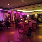 DJ bei einer Hochzeitsfeier: Rahmenprogramm farblich in Szene gesetzt